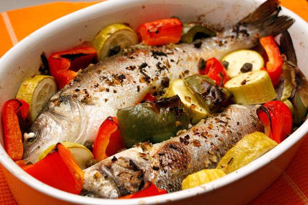 Сибас, запеченный с овощами