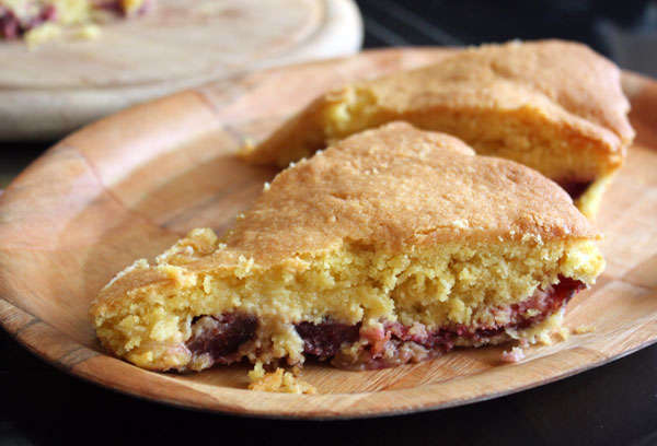 Кукурузный пирог со сливами