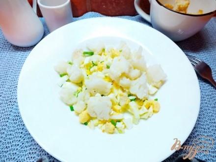 Салат из яиц с цветной капустой и луком
