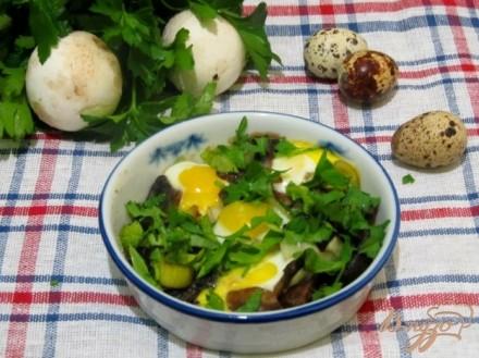 Запеченные шампиньоны под перепелинными яйцами
