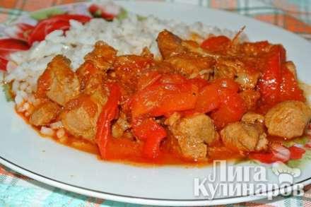 Гуляш из индейки с болгарским перцем