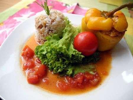 Перец фаршированный под томатным соусом