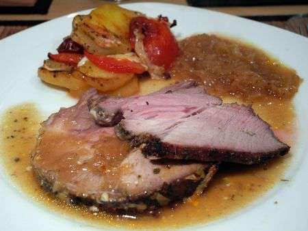 Запеченая свинина с капустой и картофелем