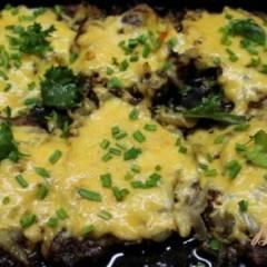 Мясо запеченное с луком и сыром
