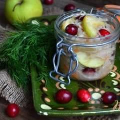 Квашеная капуста с яблоками и клюквой