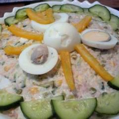 Салат из риса, тунца, горошка и кукурузы