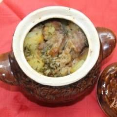 Картофель со свининой запеченная в горшочке