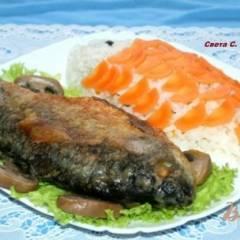 Жареные караси с гарниром из риса,овощей и грибов