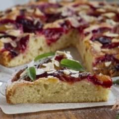 Пирог со сливами и миндальными лепестками