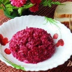 Салат из свеклы, соленых огурцов и сыра.