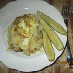 Жареная картошка с яйцом, луком и чесноком