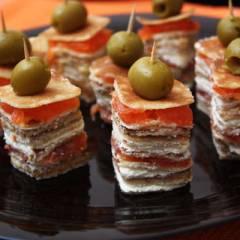 фото рецепта Канапе из блинов на шпажках
