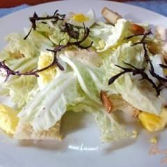 Салат из яиц с гренками и руколой