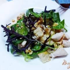 Куриный салат с руколой и грецкими орехами