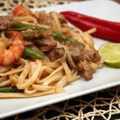 фото рецепта Рисовая лапша с мясом и креветками