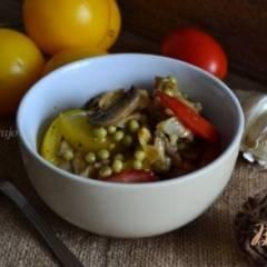 Овощной салат с чесночными чипсами