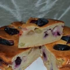 Пирог с овсяными хлопьями на ряженке с виноградом и сливами