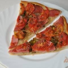 Пицца с луком и колбасой