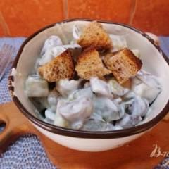 Салат с соленым огурцом и куриными сердечками