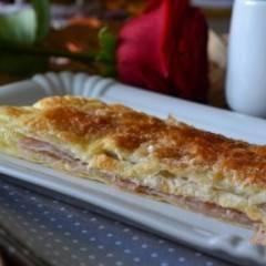 Пирог из слоеного теста с яблочной начинкой