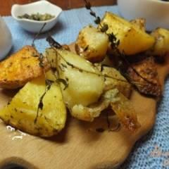 Ломтика картофеля в кожуре со свежими травами и оливковым маслом