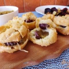 Эклеры с виноградом, сыром и орехами