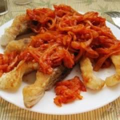 Карп жареный под луково-томатным соусом