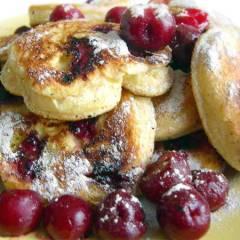 фото рецепта Пышные оладьи с вишней