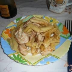 Макароны в сливочном соусе с курицей