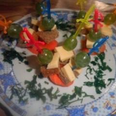 фото рецепта Канапе с виноградом и сыром