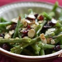 Зеленая фасоль с орехами и клюквой