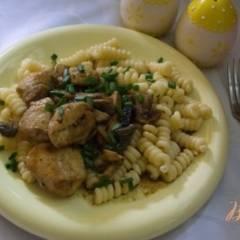 Курица в соусе с грибами и черносливом