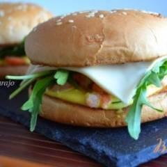 фото рецепта Бургер с креветками и соусом карри