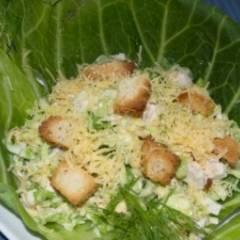 Салат из капусты, курицы и сухариков с сыром