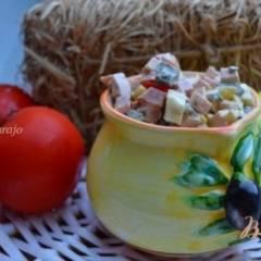 Яичный салат с маслинами и молочной колбасой
