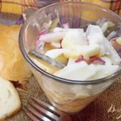 Закусочный салат из яиц, соленых огурцов и редиса