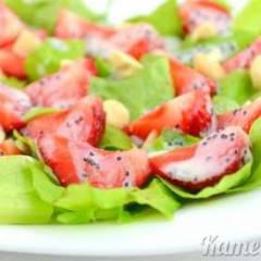 Салат с клубникой и сметанным соусом