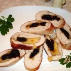 Рулет из курицы с черносливом и сыром