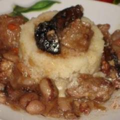 Мясо по-грузински с фасолью, черносливом и орехом.