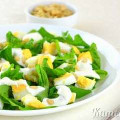 Салат с рукколой и яйцами
