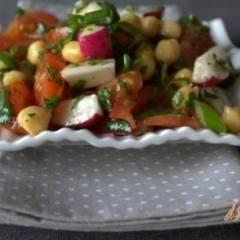 Овощной салат с нутом и зеленью