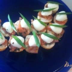 Брускетта с лососем и перепелиными яйцами