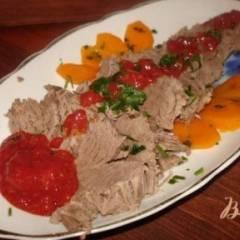 Отварная говядина под сливовым соусом