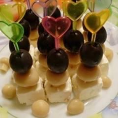 Канапе из сыра маринованного, грибов и оливок