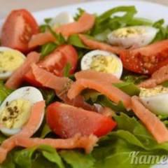 Салат из рукколы, помидоров и перепелиных яиц