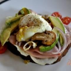 Яйца пашот с ветчиной и грибами