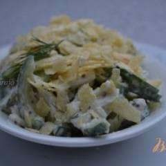Огуречный салат с картофельными чипсами