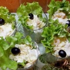 Салат с креветками, ананасом и чесноком
