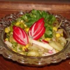 Салат из редиса и овощей с томатным соусом