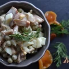 Яичный салат с маринованными грибами